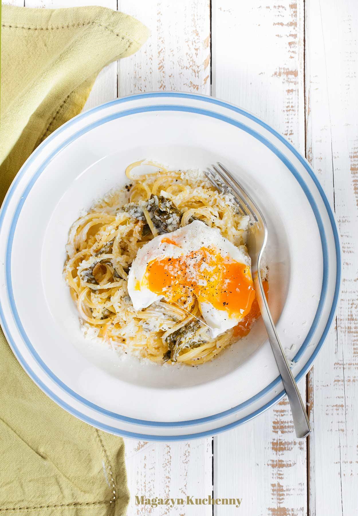 Spaghetti ze szczawiem w sosie śmietanowym i jajkiem w koszulce