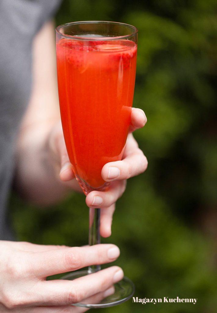 Drink truskawkowy z ginem i prosecco (truskawkowy French 75)