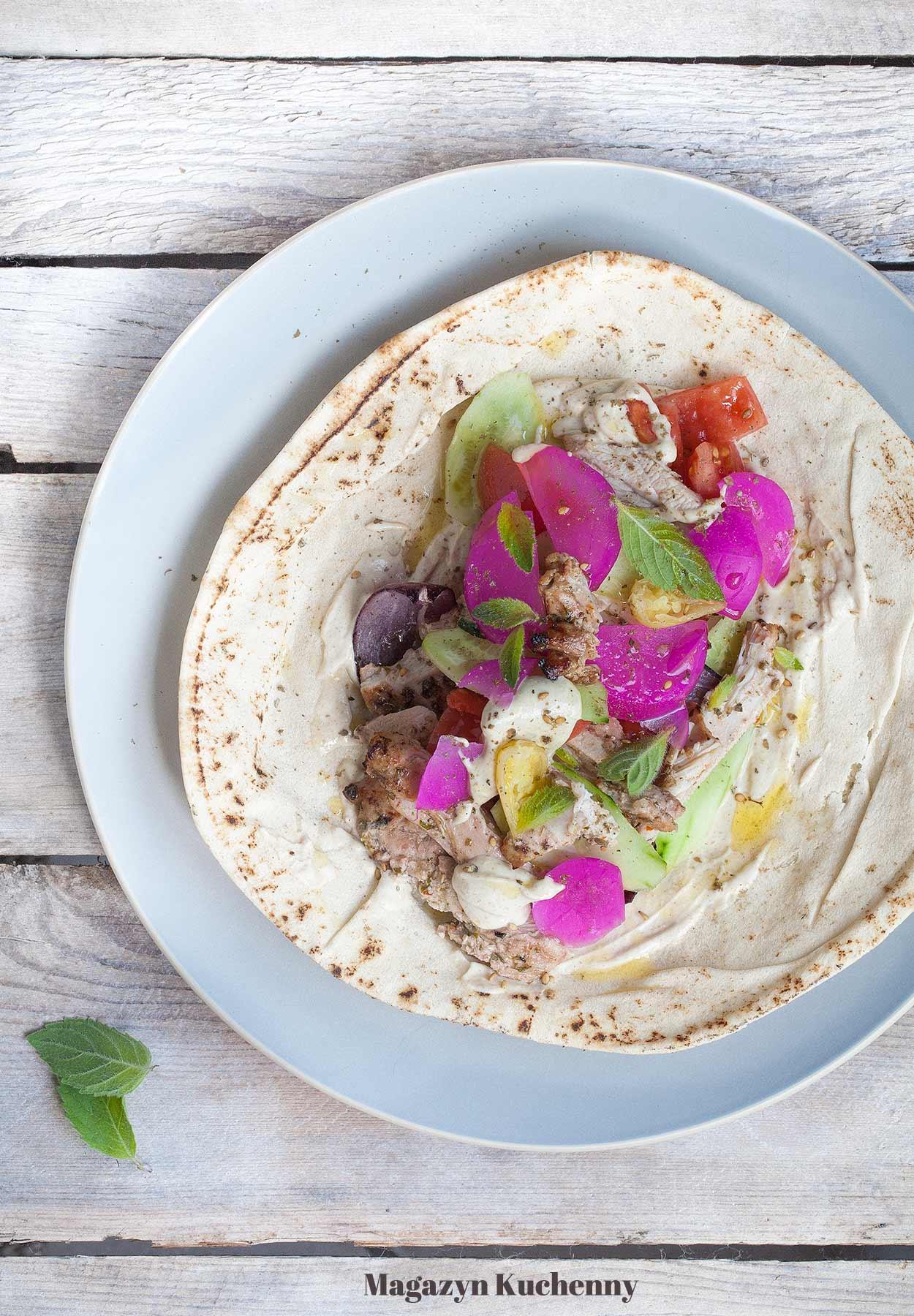 Shoarma z kurczaka z sosem tahini i marynowaną rzodkwią. Pieczona lub grillowana shawarma z kurczaka.
