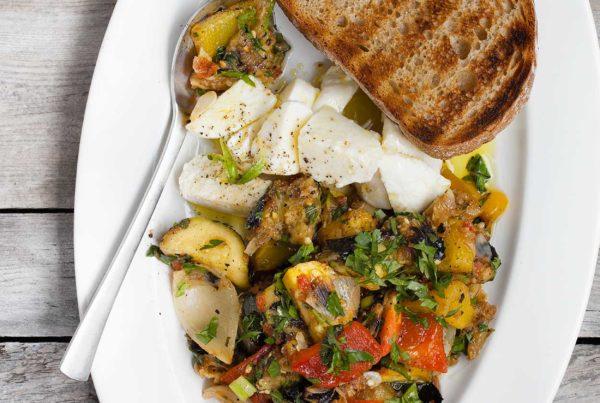 Caponata z grillowanych warzyw z mozzarellą, bazylią i miętą