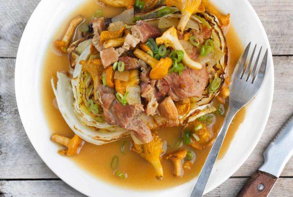 Gulasz wieprzowy z kurkami i boczkiem oraz stekiem z kapusty