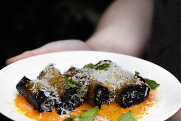 Roladki z bakłażana na zimno z parmezanem i pikantnym sosem
