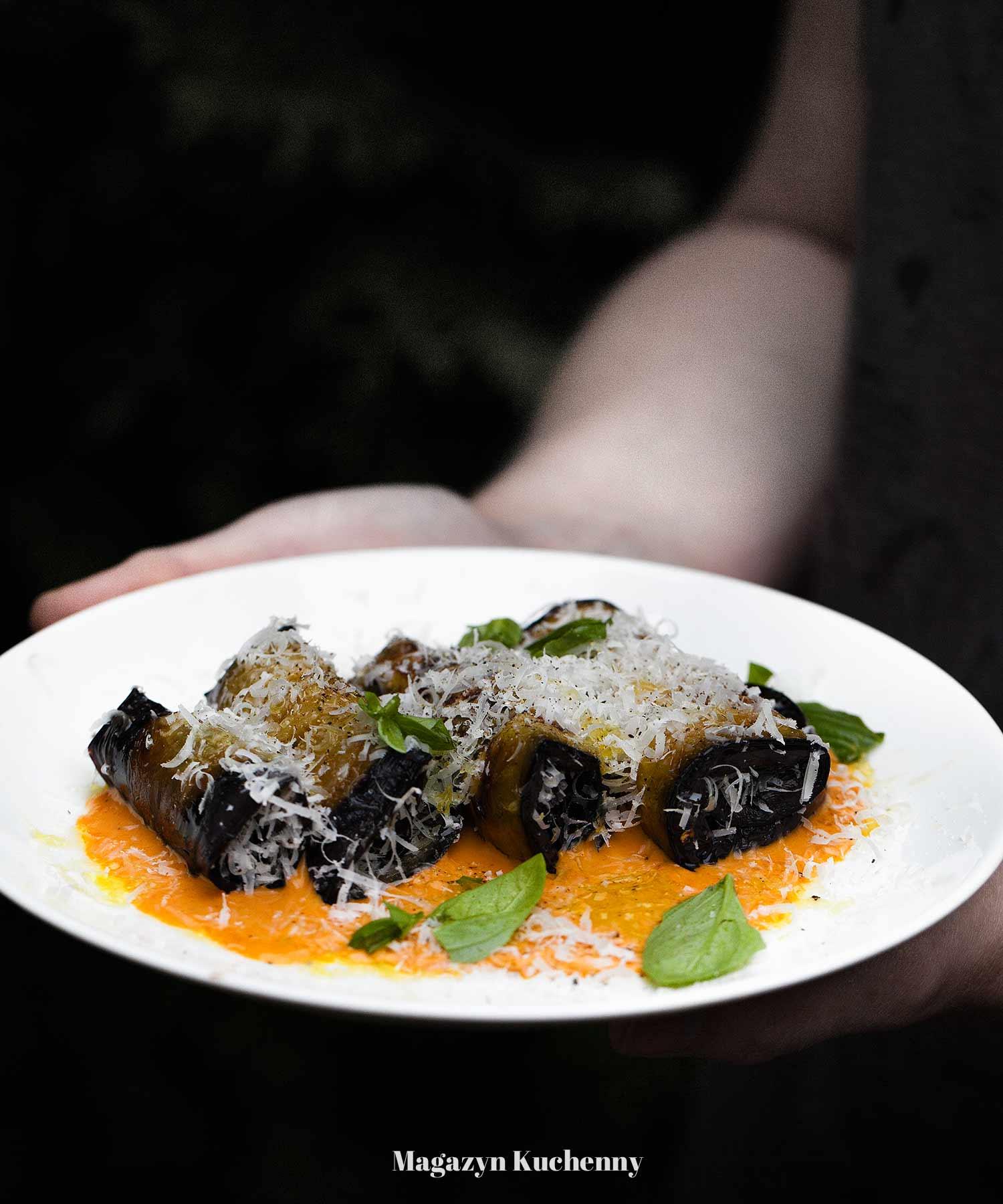 Roladki z bakłażana na zimno, z parmezanem i pikantnym sosem