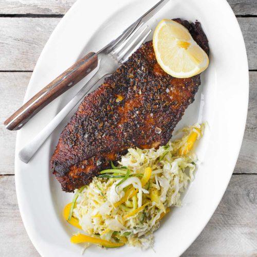 Blackened fish - zrumieniona ryba w przyprawie cajun z lekką sałatką z kapusty