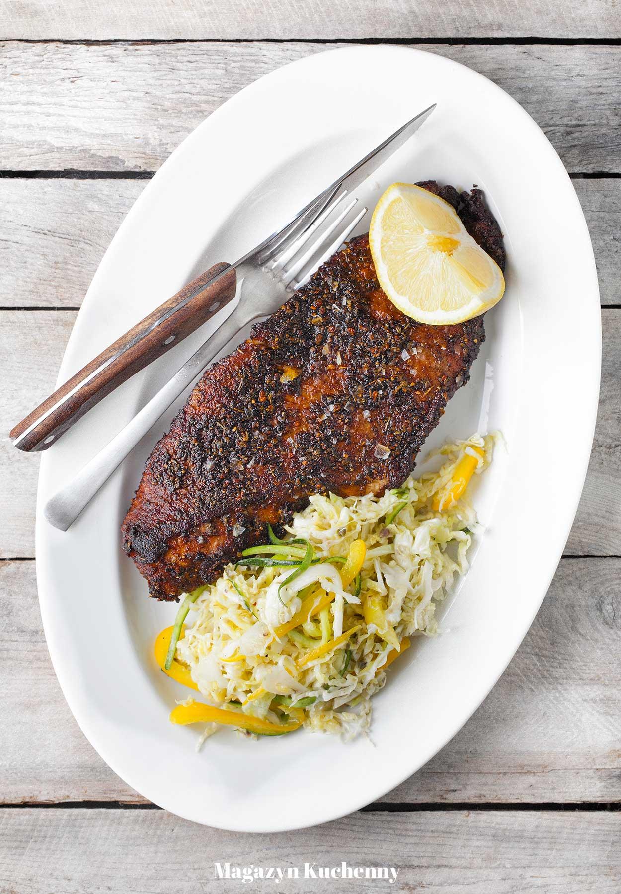 Ryba w przyprawie cajun z sałatką z kapusty