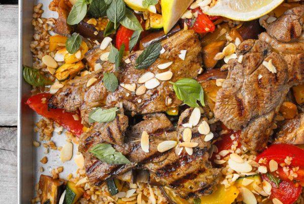 Steki jagnięce z warzywami grillowanymi, bulgurem i sosem tahini