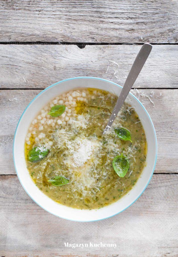 Zupa z cukinii z parmezanem, bazylią i kuskusem