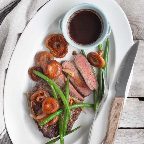 Stek bavette z rydzami, fasolką szparagową i szybkim sosem z czerwonego wina