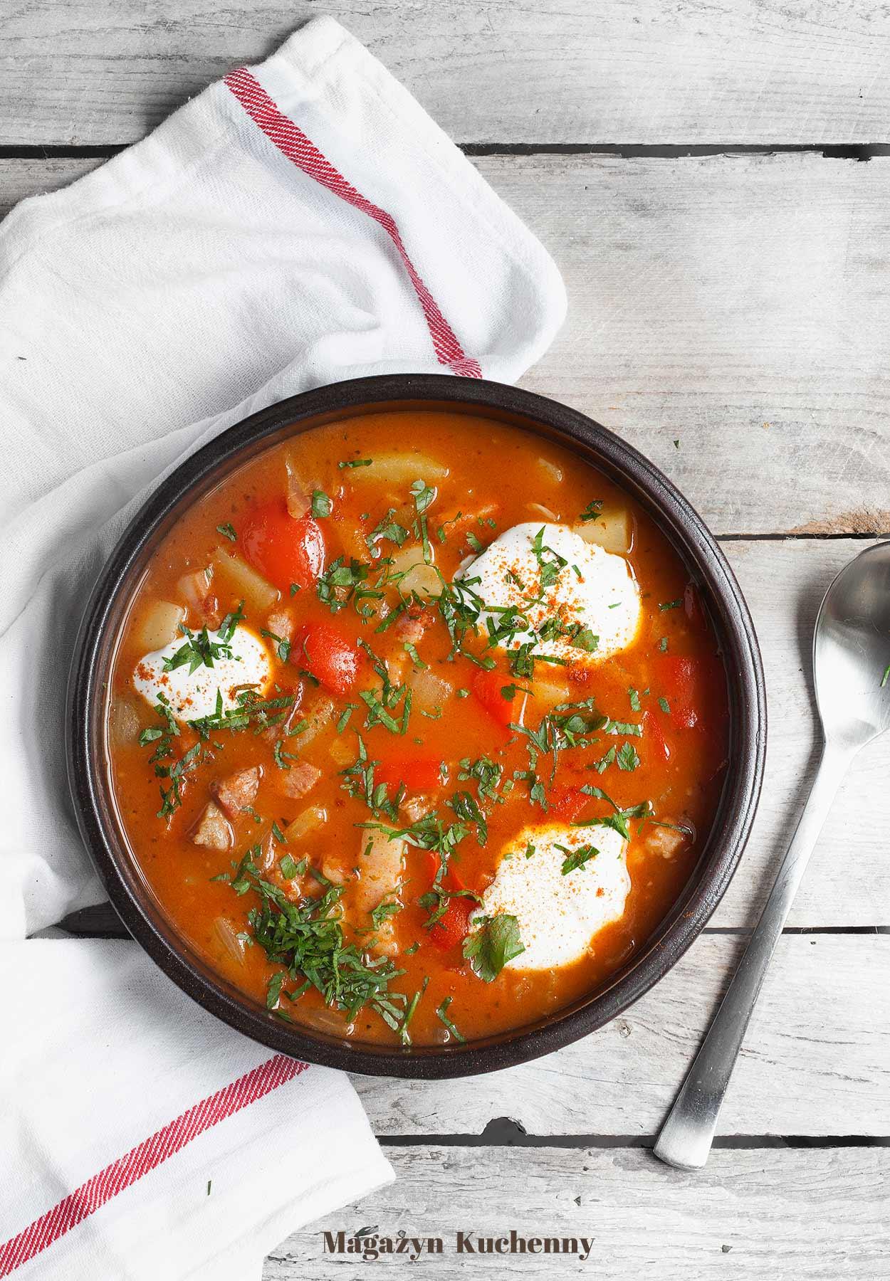 Zupa cygańska - pomidorowa zupa z ziemniakami, papryką i boczkiem wędzonym