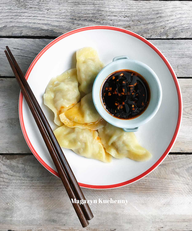 Pierogi z wieprzowiną podane na sposób chiński