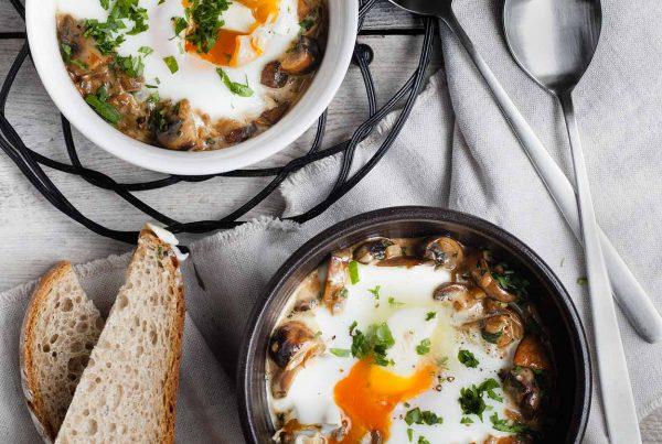 Jajka w kokilkach z pieczarkami i śmietanką, przygotowane na parze