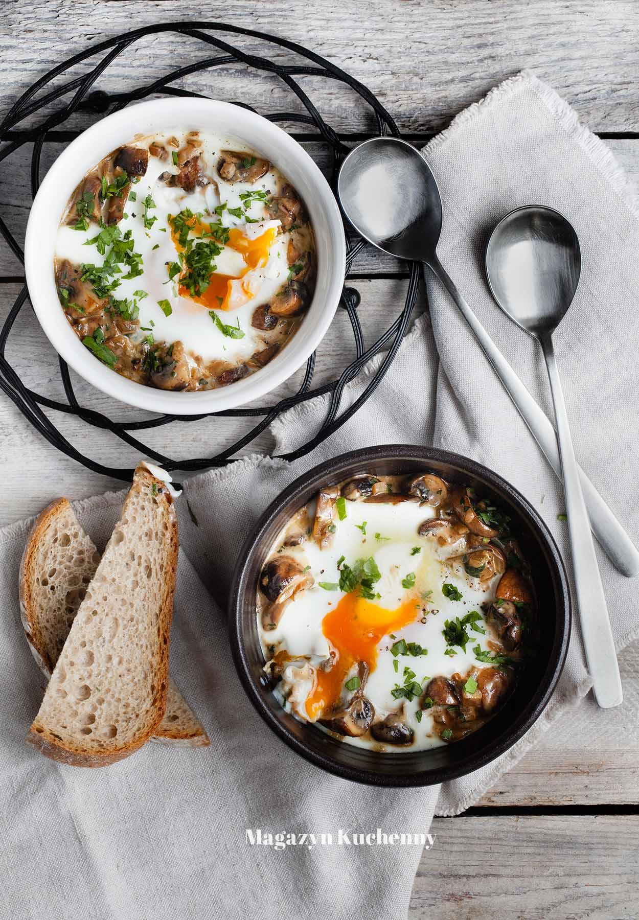 Jajka w kokilkach z pieczarkami – na parze