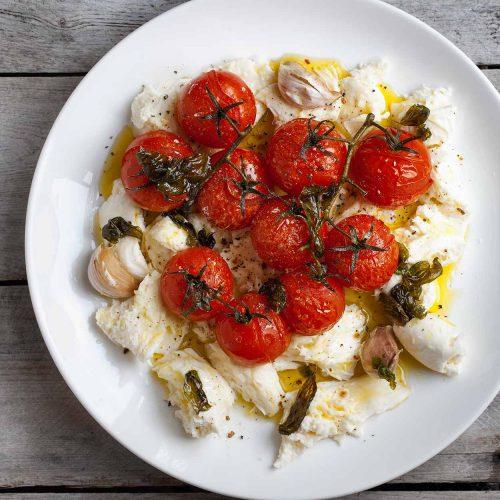 Zimowa sałatka caprese z pieczonymi pomidorami i smażoną bazylią