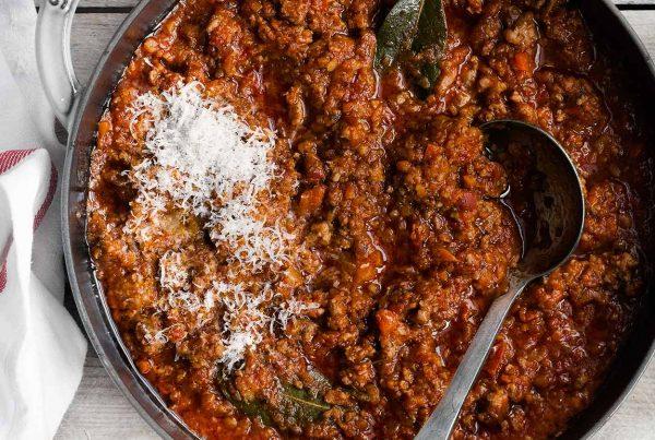 Sos boloński z białej kiełbasy z pomidorami i warzywami