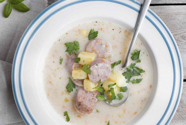 Żurek z białą kiełbasą, podsmażoną cebulką i ziemniakami