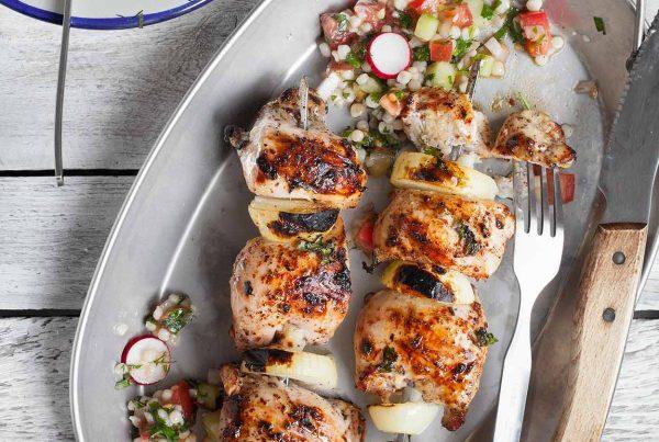 Szaszłyki z kurczaka na grilla z sałatką z kuskusu