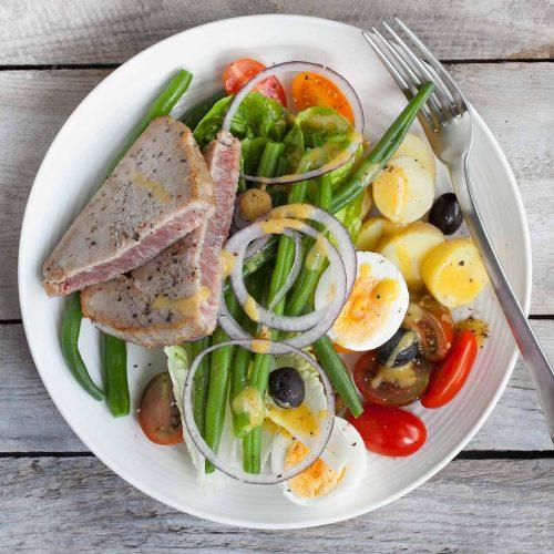 Sałatka nicejska z tuńczykiem, młodymi ziemniakami i zieloną fasolką szparagową