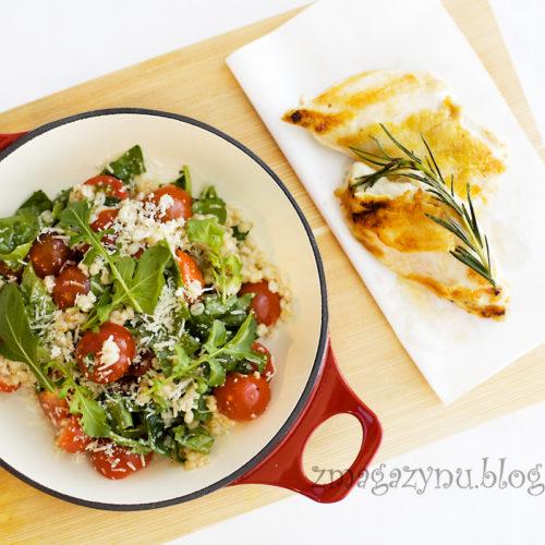 Sałatka z kaszą jęczmienną, rukolą i pomidorami