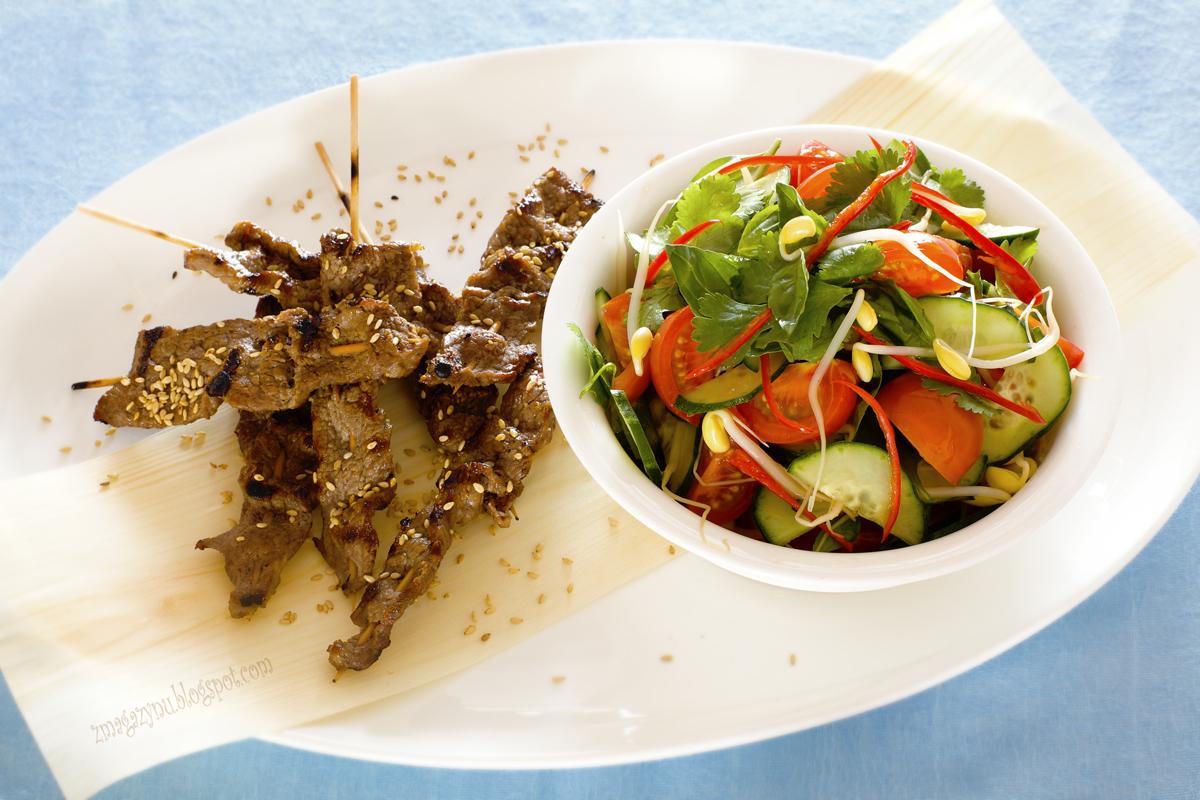 Wołowina z sezamem i tajska sałatka