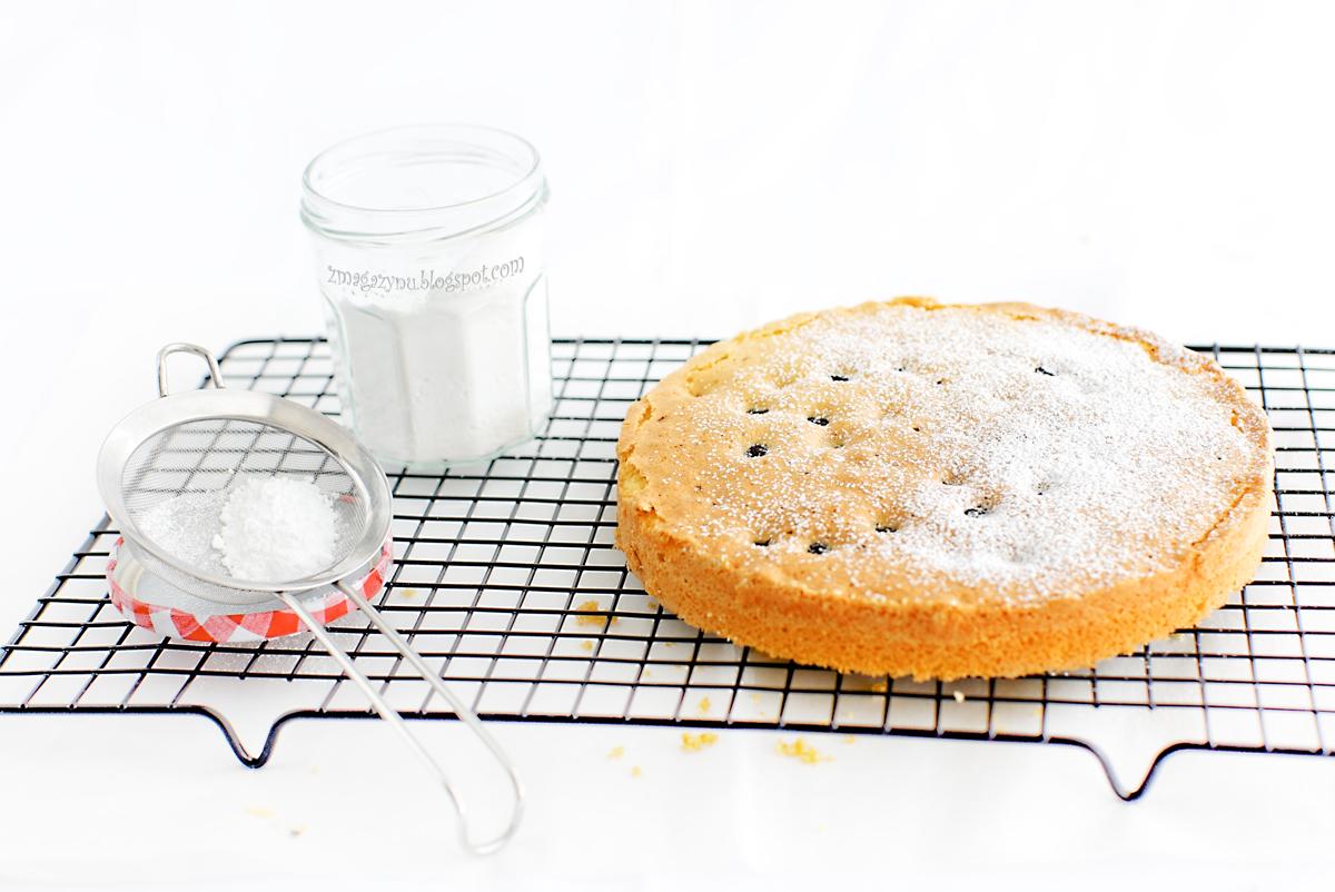 Puszyste ciasto z jagodami i migdałami