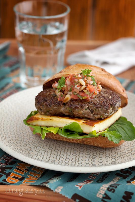 Kofta burger. Burger z jagnięciny z serem halloumi i salsą pomidorową