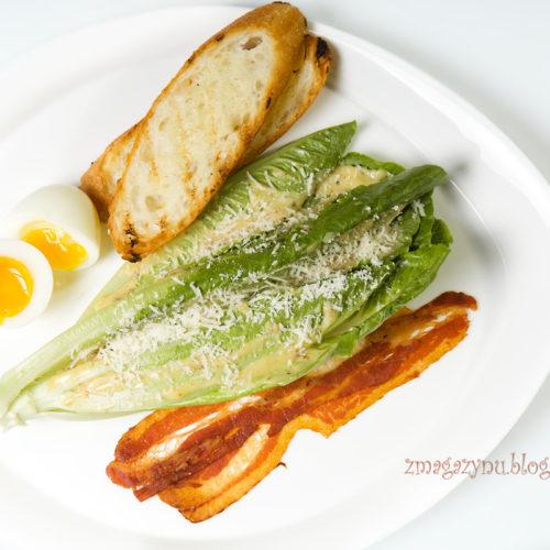 Nowa sałatka Caesara z jajkiem na miękko i chrupiacym boczkiem