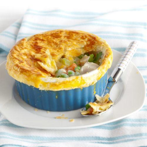 Chicken pot pie - potrawka z kurczaka i warzyw w śmietankowym sosie, zapiekana pod kruchym ciastem