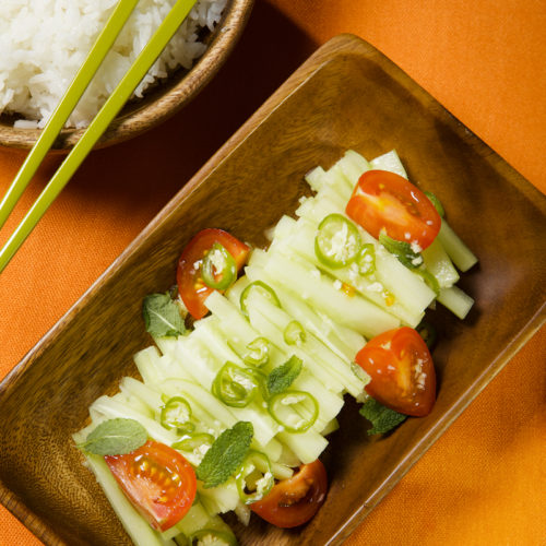 Tajska sałatka z ogórka z pomidorem i chili