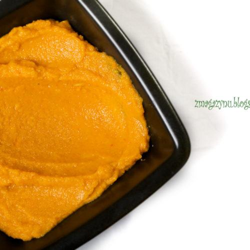 Dip marchewkowy z pieczonej marchewki z imbirem, kminem i pastą harissa
