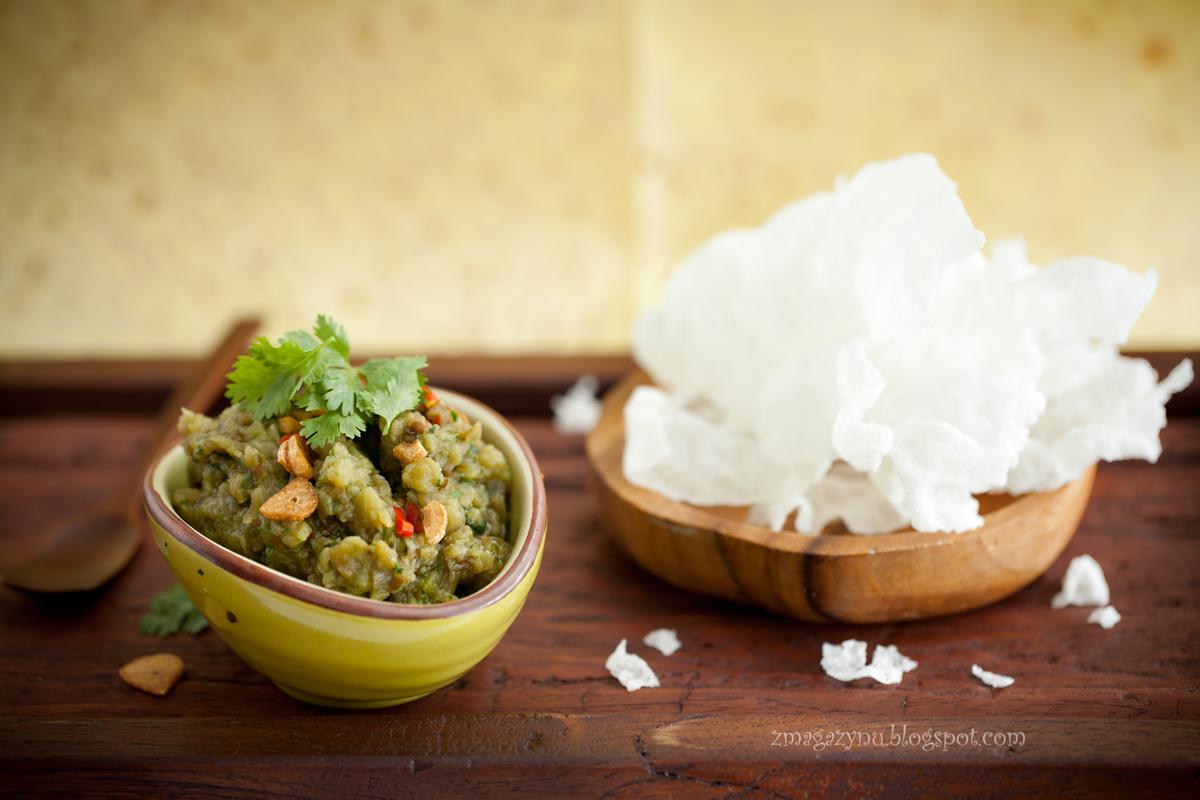 Pikantny dip z bakłażanów z domowej roboty prażynkami ryżowymi
