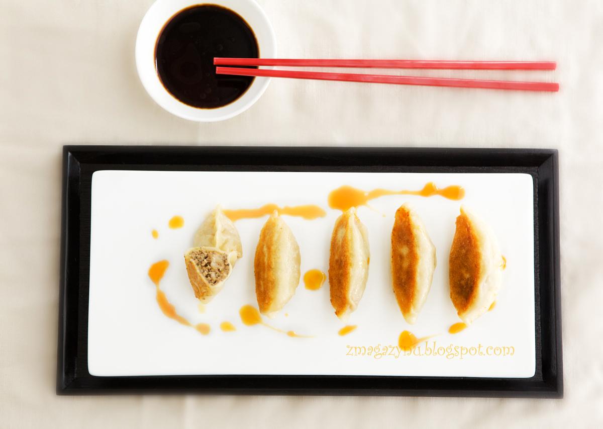 Japońskie pierożki gyoza z nadzieniem z wieprzowiny z kapustą pekińską i krewetkami
