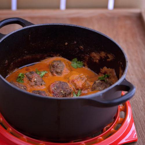 Kofta w sosie pomidorowym. Klospiki z jagnięciny, doprawione kminem i kolendrą, podane z sosem pomidorowym.