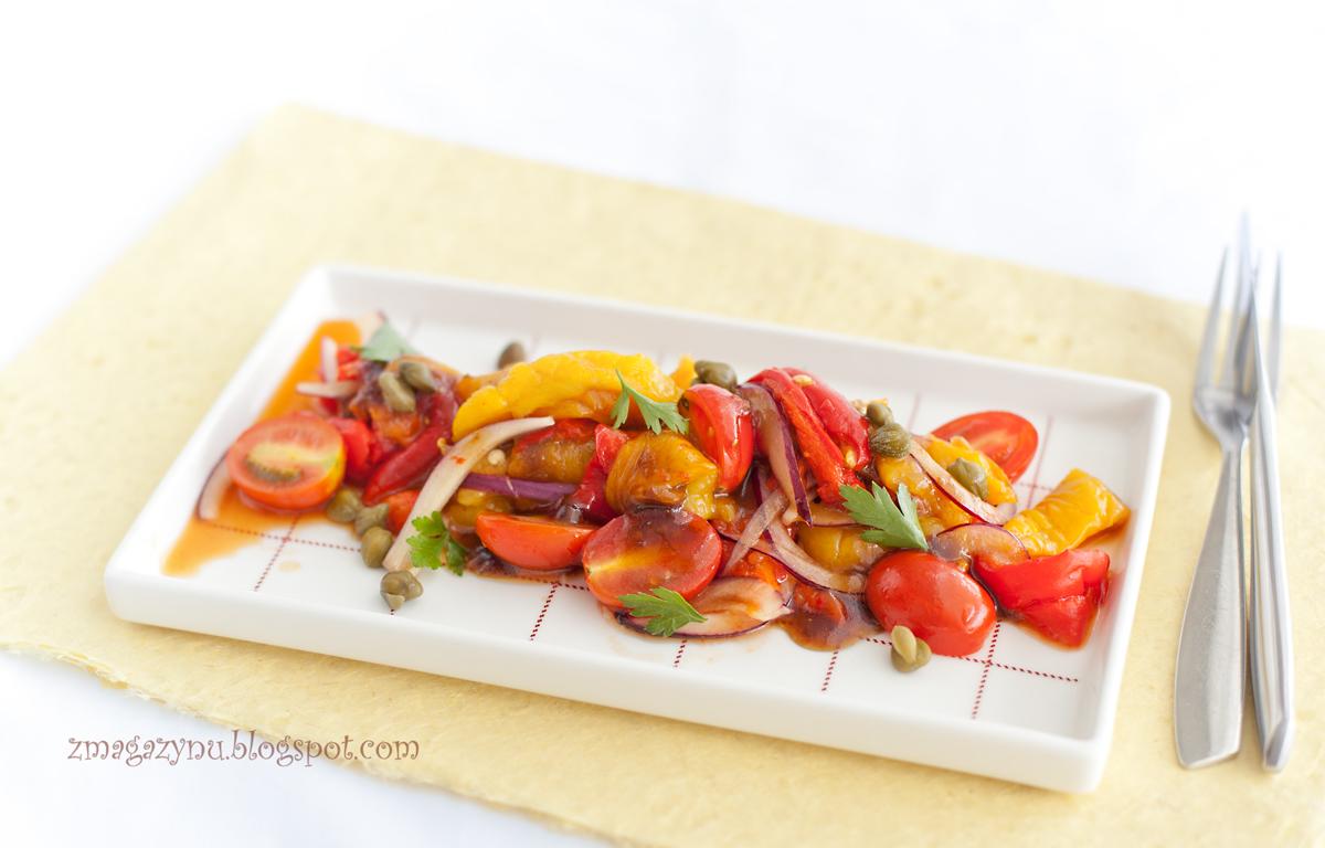 Sałatka z pieczonej papryki z kaparami i pomidorami
