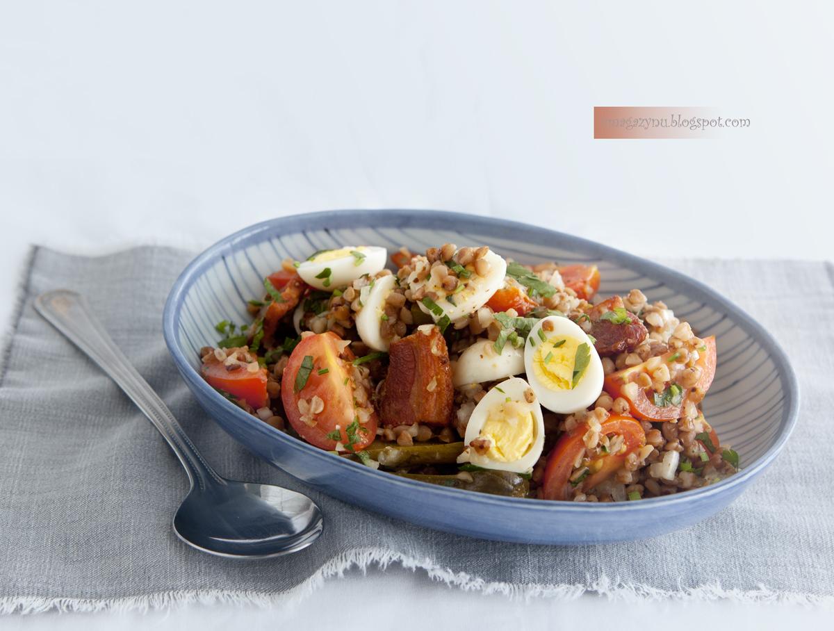 Sałatka z kaszą gryczaną, boczkiem, jajkami przepiórczymi i cebulowym sosem