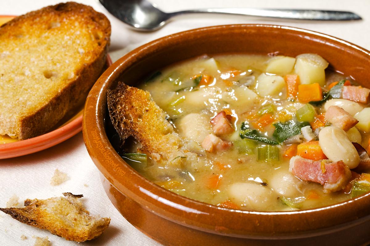 Toskańska zupa fasolowa z grzankami