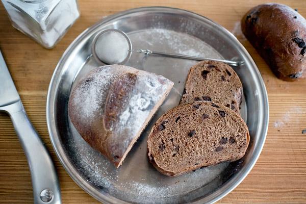 Czekoladowy chleb po ukrojeniu