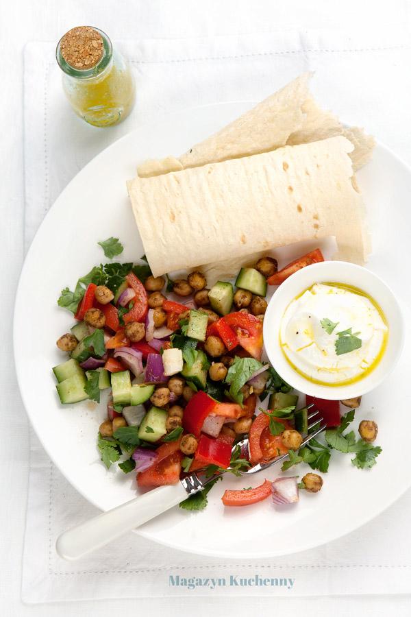 Sałatka ze świeżych warzyw z ciecierzycą