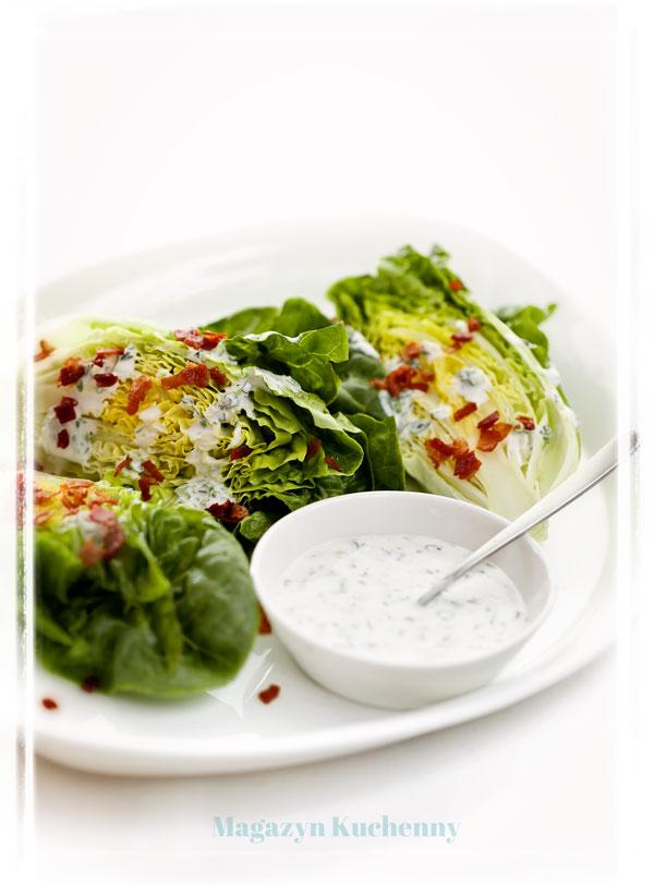 salata-z-sosem-smietanowym-i-boczkiem
