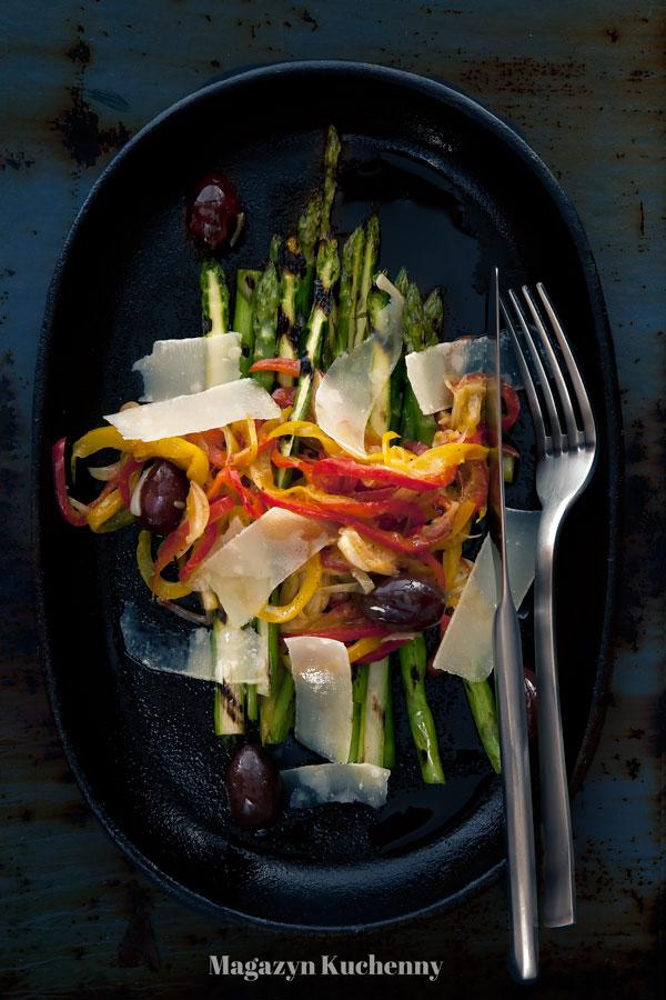 Szparagi z grilla i peperonata