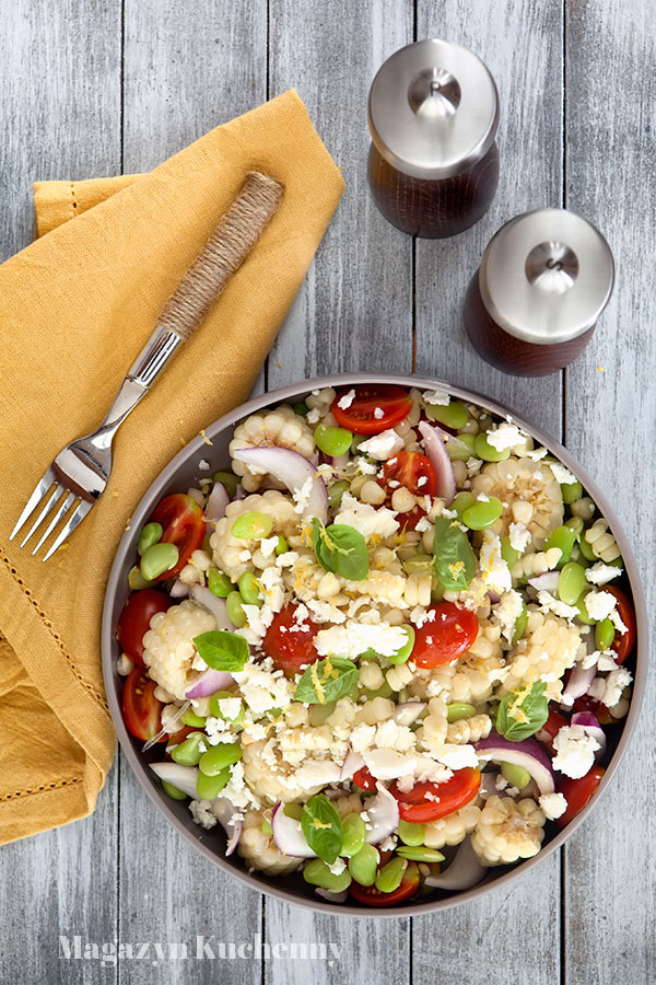 Sałatka z kukurydzą, bobem i fetą