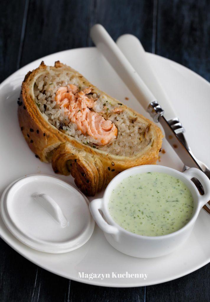 kulebiak--z--lososiem--i--zielonym--sosem