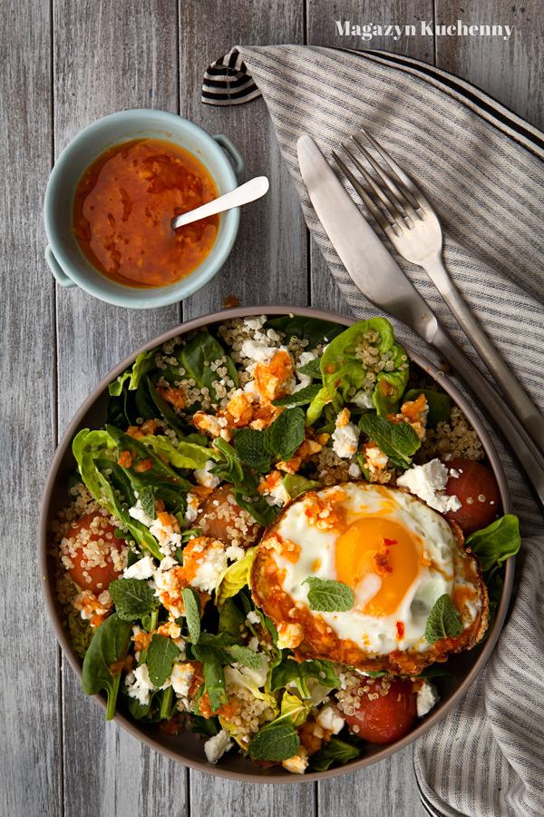 Sałatka ze szpinakiem, quinoa i jajkiem sadzonym