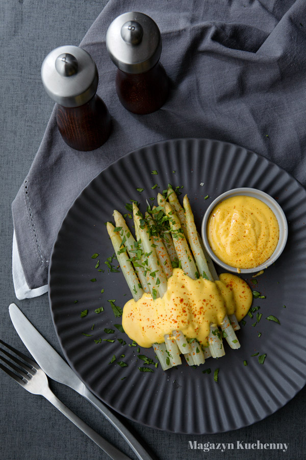 szparagi-biale-i-sos-holenderski