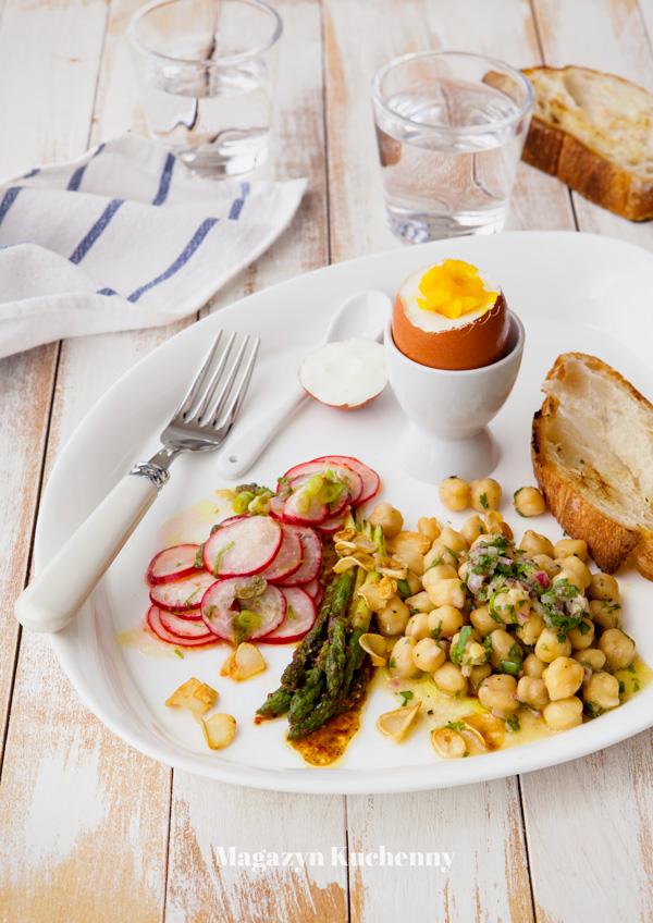 Zdrowe śniadanie: jajko na miękko i trzy sałatki