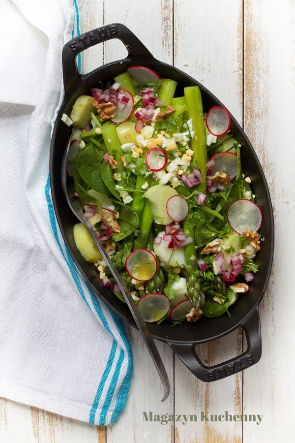 Wiosenna sałatka ze szparagami i młodymi ziemniakami