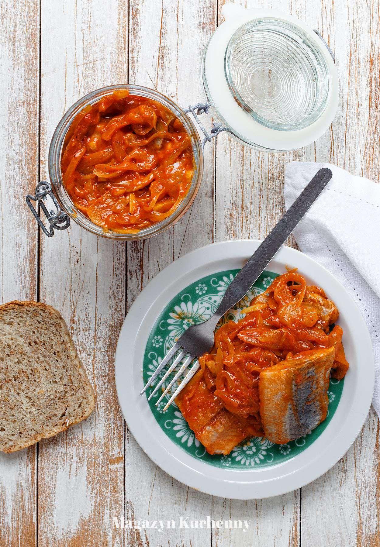 Śledzie w sosie pomidorowym z ajwarem