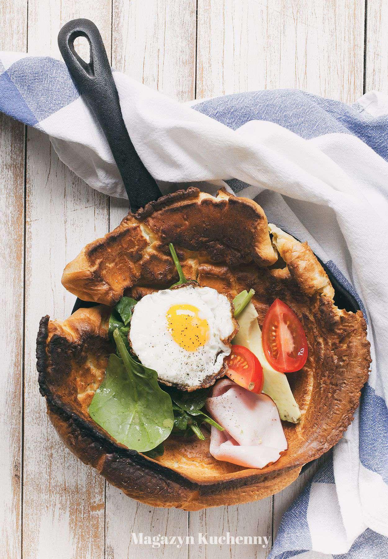 Pieczony naleśnik z jajkiem i awokado
