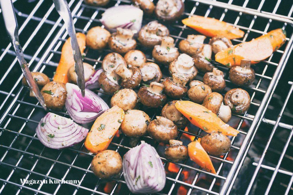 grillowane pieczarki, marchewka i czerwona cebula