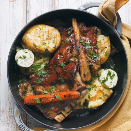 duszone żeberka cielęce z warzywami i młodymi ziemniakami