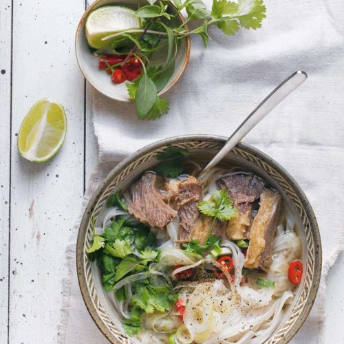zupa pho ze szpondrem wołowym, makaronem ryżowym i ziołami